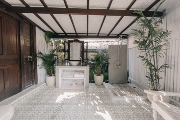 The Atelier - Spacious tropical ensuite bathroom