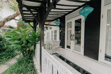 The Chalet - Gated front porch
