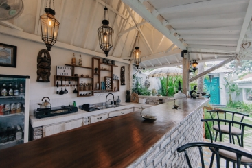 Sejoli Villas - Pull up a pew at the bar
