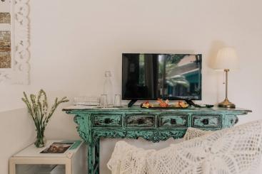The Snug - Chrome cast TV set up
